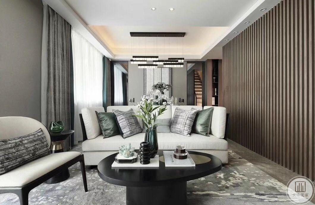影音室根据户主的喜好布置得雅致华丽,采用灰白色地毯搭配中性色沙发,茶几上点缀着绿色植物、小巧而别致的摆件,主灯形状简单,线条流程。