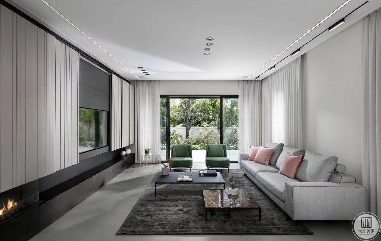 客厅在一楼,设计师利用布艺窗帘给沙发做背景墙,电视墙投影区域也采用两边推拉方式,大理石地板搭配深色地毯,简单的茶几、沙发,组合在一起别致舒适。