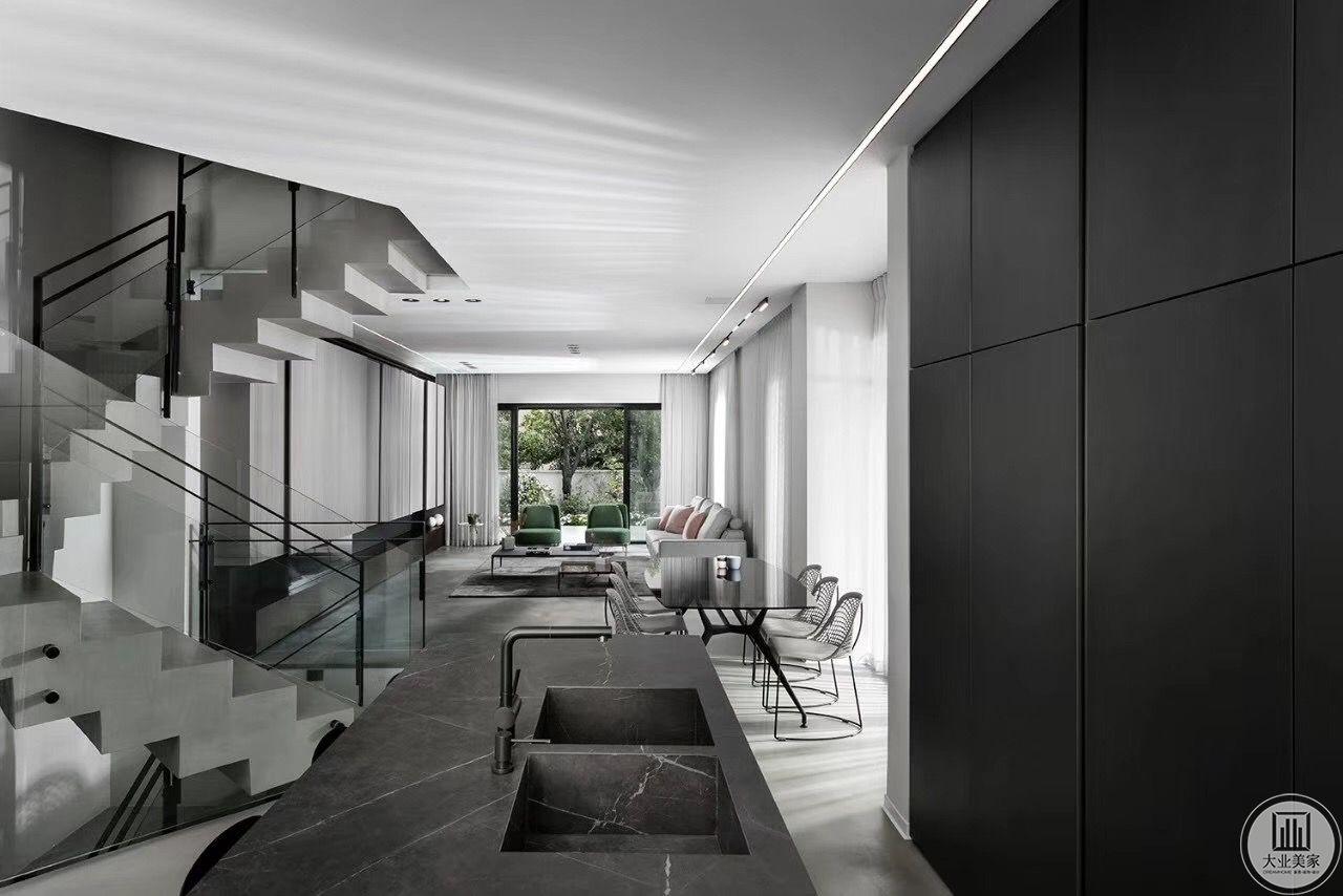 户主一家人比较少,多在外就餐,因此对餐厅的需求不大,因而设计师把餐厅设在了客厅和茶水间连接处,这个位置也正对二楼楼梯转角处,因其另一面正对窗户,光线更好些,就餐氛围也相对更愉悦。