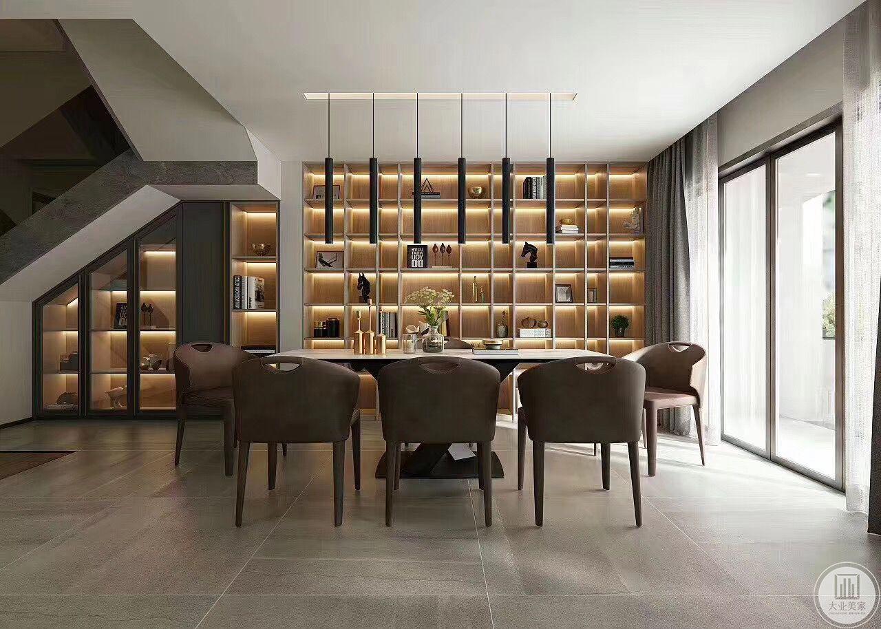 本案餐厅在会客厅后,楼梯转角的位置,设计师充分利用楼梯转角的空间,在餐厅背景墙上做了开放式储物柜,并放置了LED灯管,使其角落处光线充足、亮堂。储物柜里面主人的私人收藏也为这个角落增添了趣味性。餐桌简单,与背后的储物柜形成简繁合一的效果。