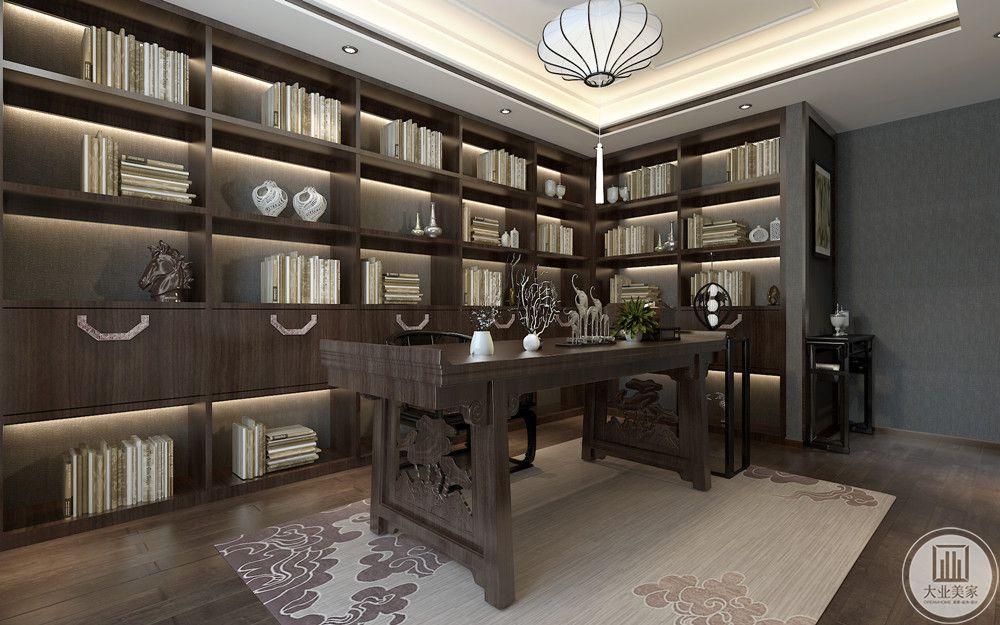 书房选用和地板颜色一致的实木家具,书桌采用传统的雕花、镂空等工艺,因其书柜紧贴墙面,又可作背景墙使用,书房整体大气豪华,灯具采用传统的灯笼,增加了些许俏皮感。