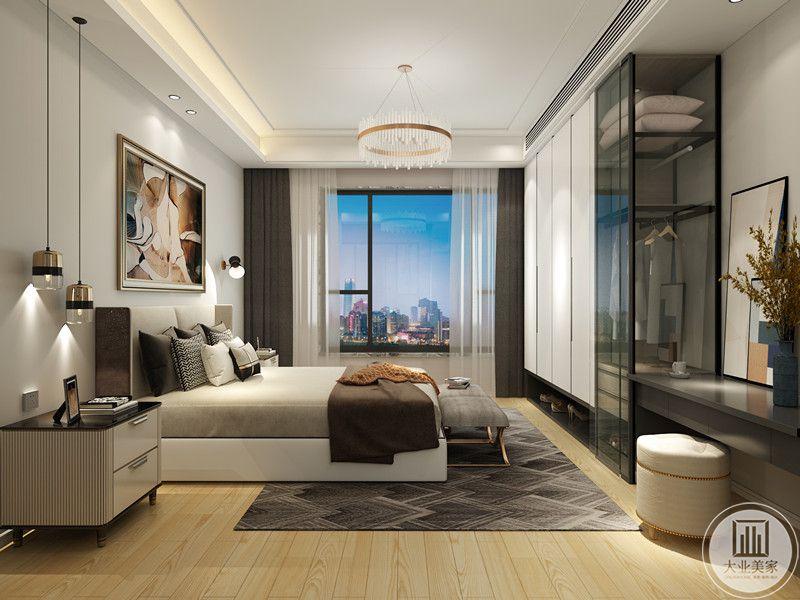 次卧比主卧更为温馨,色系更浅,水晶吊灯和射灯,壁灯的组合补充了各个角落的光线,使得室内光线充足。