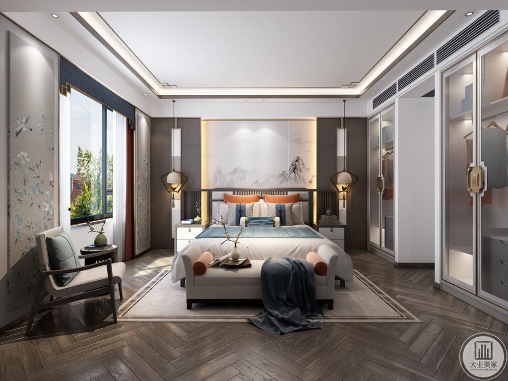"""户主睡眠不好,因而设计师在布局和颜色上更注重舒适,卧室整体的中心词是""""雅"""",若有似无的水墨画作为卧室背景墙,配合着灯具和花卉,整体意境深远,衣柜、地毯、床品以白色使其画面干净整洁,舒适放松。"""