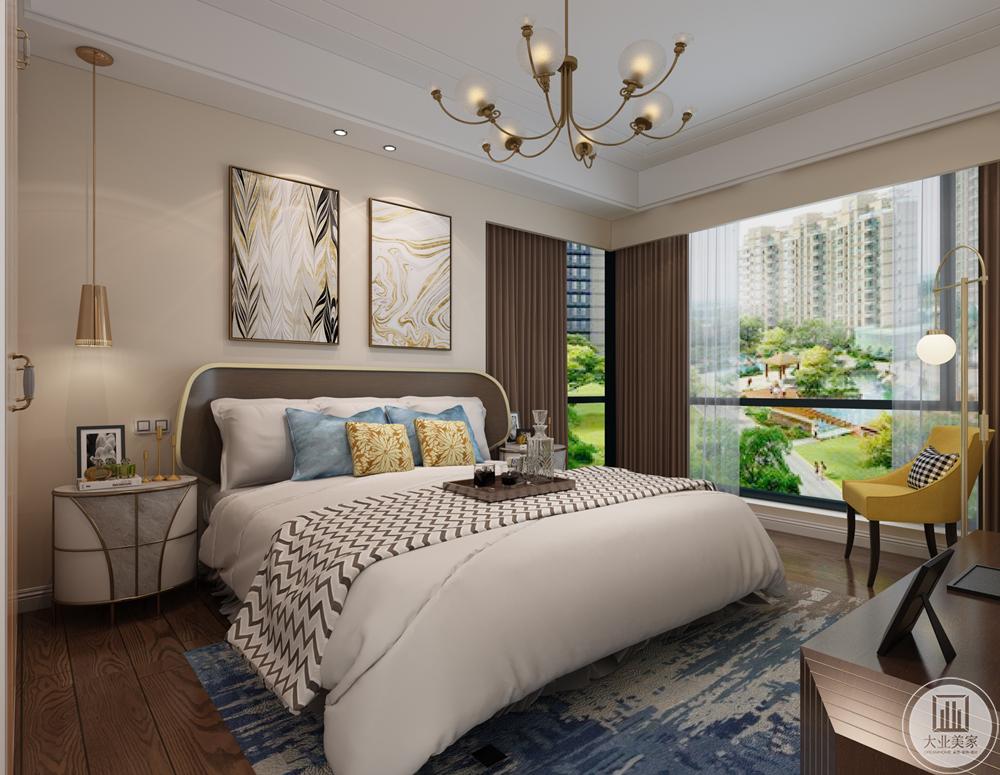 主卧豪华大气,射灯和各种台灯组合增添了整体的舒适度,为了使得户主居住更惬意,设计师选择柔软的皮质沙发,在地毯和床具的选择上偏向于深色系。