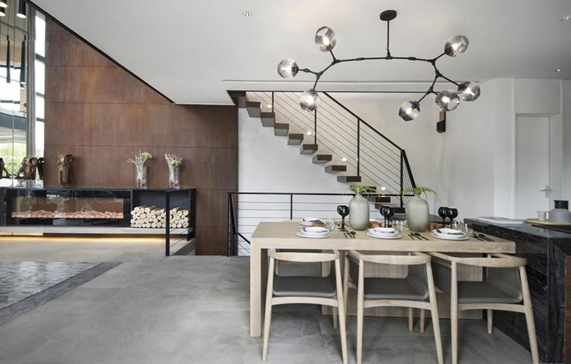 实木餐桌的设计,为日常增添了一份可放松慵懒的生活格调,灯具极具特色,为整体增加了些许艺术感,哑光地砖与室内氛围协调一致,给人一种慢时光的感觉。