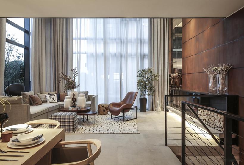 二楼整面的落地窗极大地增加了室内的采光,拥有极佳的俯瞰视角,整体柔和静谧,给予户主室内会客、就餐极佳的体验感。