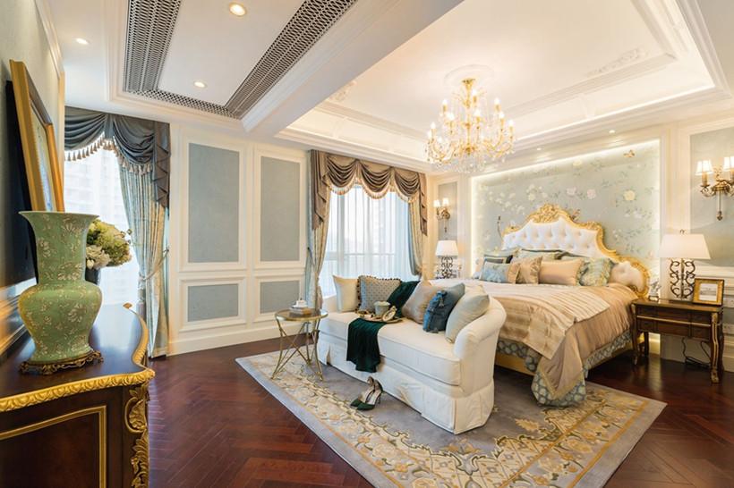 空间色系多采用暖色系,浅绿色的小碎花墙纸搭配同一色系的地毯和护墙板,营造出温馨浪漫的氛围。