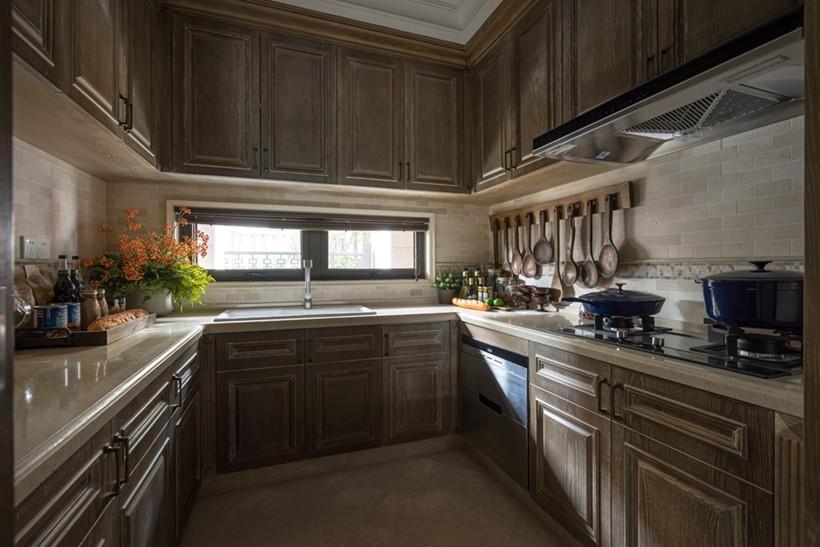 厨房在颜色选择上遵循整个空间棕色色调,增添美式厨房的复古感。