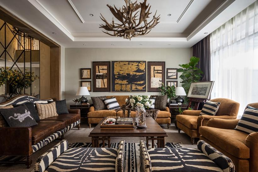 客厅风格选择以棕色为主,遵循美式风格的沉稳低调,家具方正简洁,自成一派,背景墙以线板形成方框序列,两盏台灯屹立其中,展现古典对称之美。