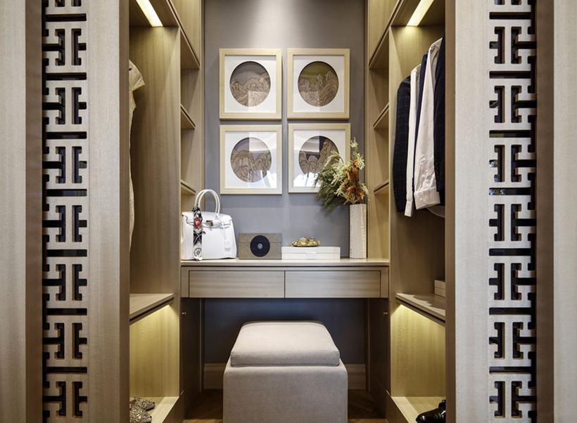 衣帽间小巧精致,采用木质镂空等工艺打造衣柜,LED和为整体融入了现代气息,凸显现代韵味,装饰物巧妙别致。