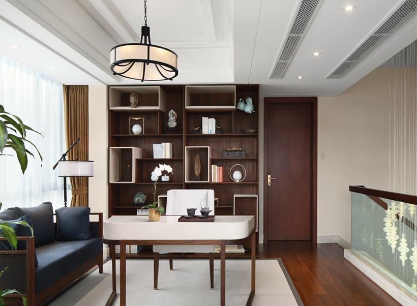 书房中规中矩,入墙式的书柜占据整面墙,确保充足的储物藏书空间,中间延伸出一张简易的书桌,经济实用。