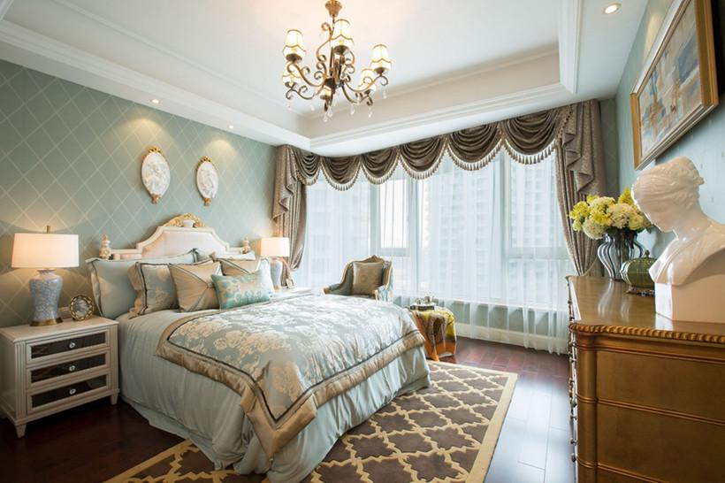 客卧颜色相较于卧室更深一点,设计师利用蓝色提亮整体空间,屏风、花卉等元素错落有致的摆放在各处,二楼雕花护栏则为整体添加了一丝精巧感。
