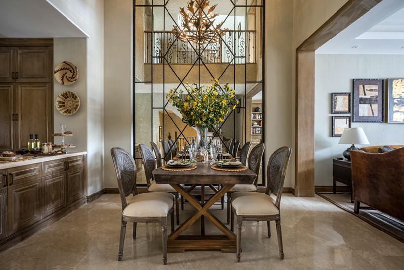 餐厅的风格和整体统一和谐,给人浓墨重彩的感觉,结合深色实木家具,庄重而又充满时尚感。