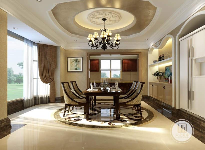 简洁明快的角线贯穿始终,加以典型的半圆孤造型置物空间,提升空间层次感,加强空间的延伸感和力度感,在家具配饰上,朱红色和米黄色的配饰衬托出古典家具的高贵与优雅,再搭配具有古典美感的窗帘和地砖,凸显出古典欧式雍容大气的家居效果