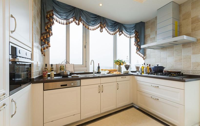厨房选用白色实木橱柜,整个空间干净整洁,但收纳功能较强,再搭配与客厅相同色系的窗帘,增加了空间的情调。
